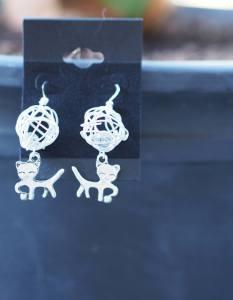 """Boucles d'oreilles """"Chat et sa pelote de laine blanche"""" 5 euros. 2 paires disponibles"""